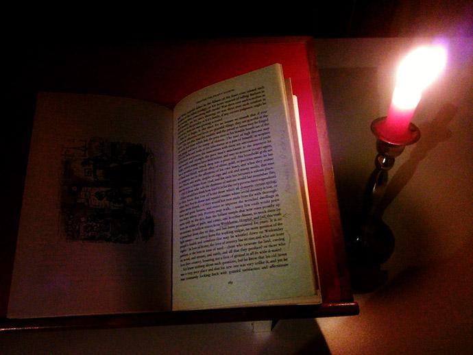 victoriaans-lezen-bij-kaarslicht