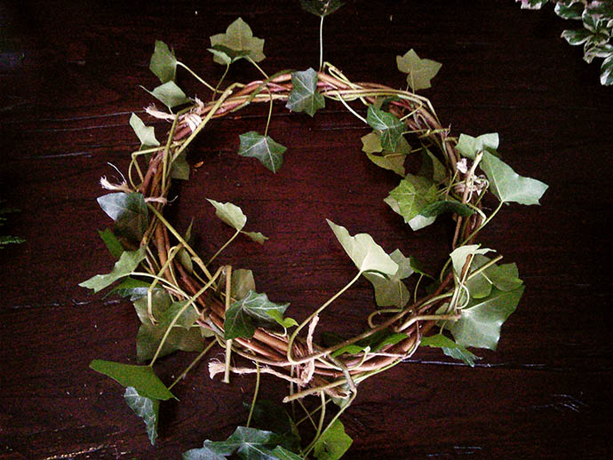 kerst-versiering-kransen-maken-wilg-tak-hedera-klimop