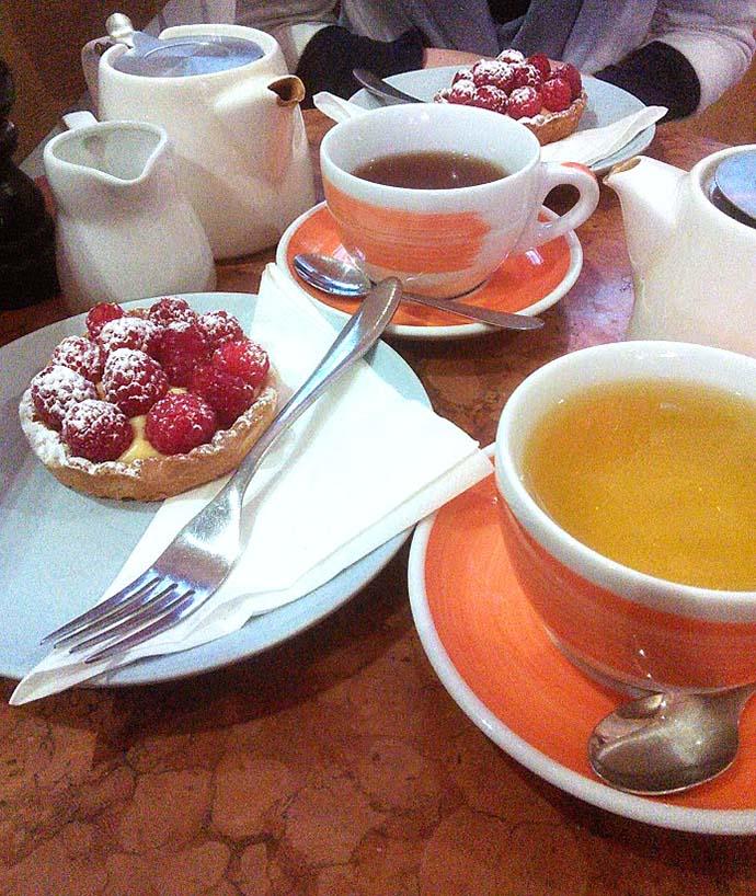 Thee met taart in Kensington