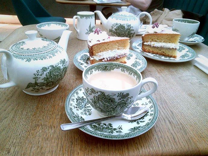 thee met gebak in The British Museum