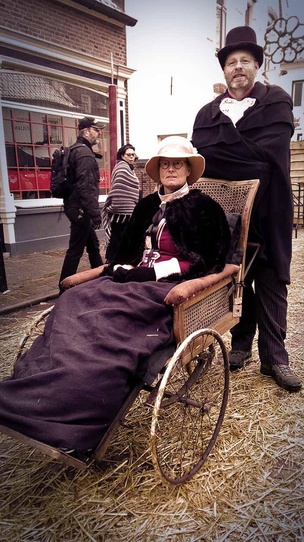 dickens-druten-dame-in-antieke-rolstoel