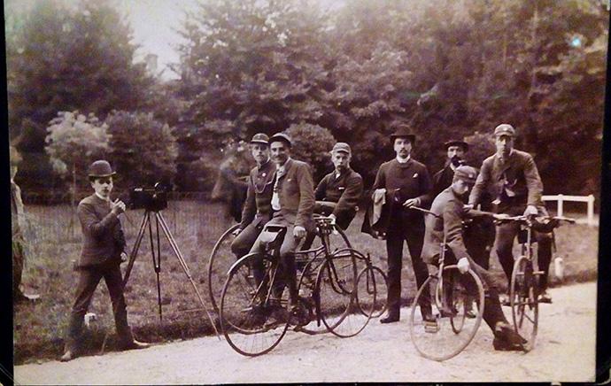 victoriaans-amsterdam-rijksmuseum-iedereen-fotografeert-wielrennen