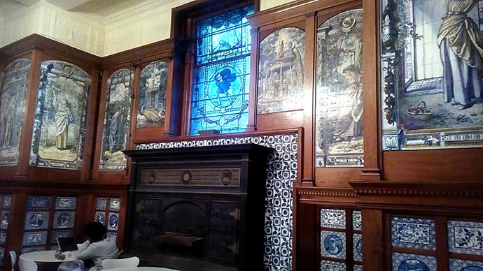 londen-victoria-albert-museum-wandtegels-glas-in-lood-kunst
