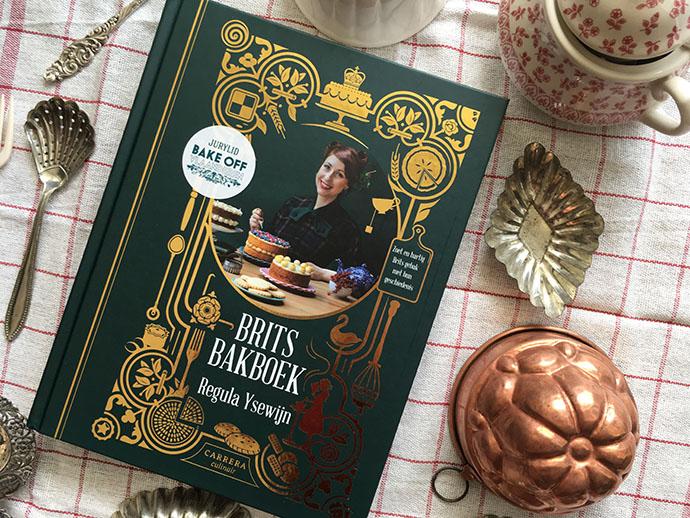 brits bakboek van regula ysewijn met bakgerei eromheen