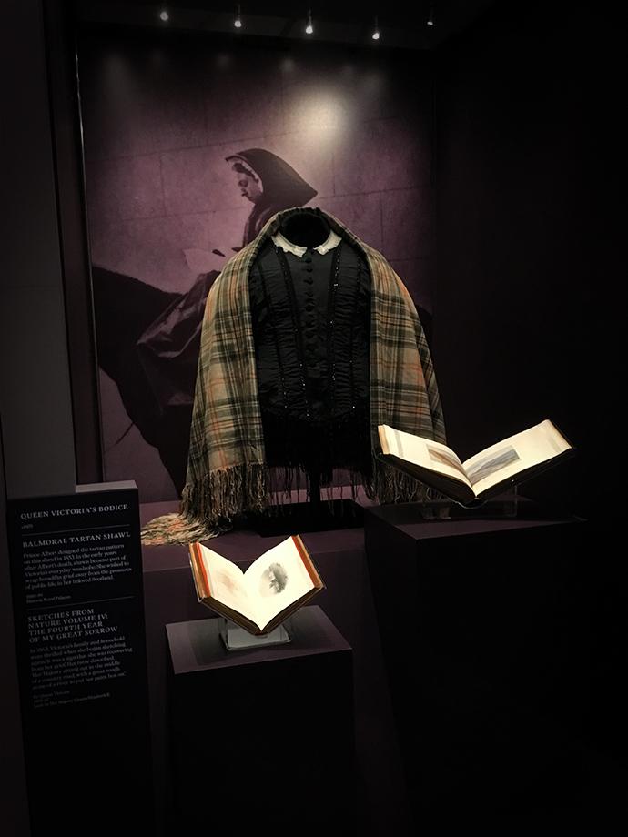 victoria-tentoonstelling-kensington-palace-woman-crown-dress-schotse-ruit-tartan