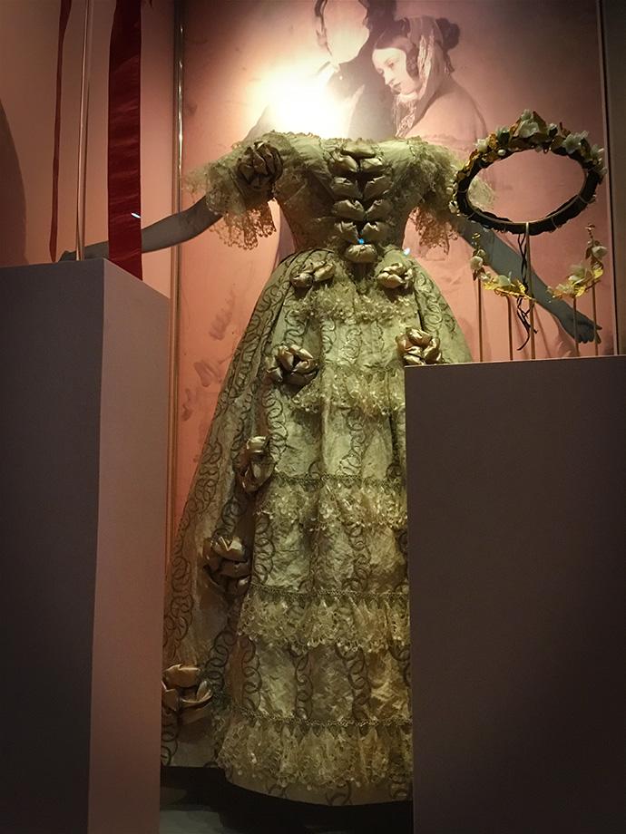 victoria-tentoonstelling-kensington-palace-woman-crown-exhibition-dress