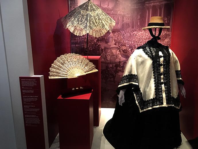 victoria-tentoonstelling-kensington-palace-woman-crown-jubileum-jurk