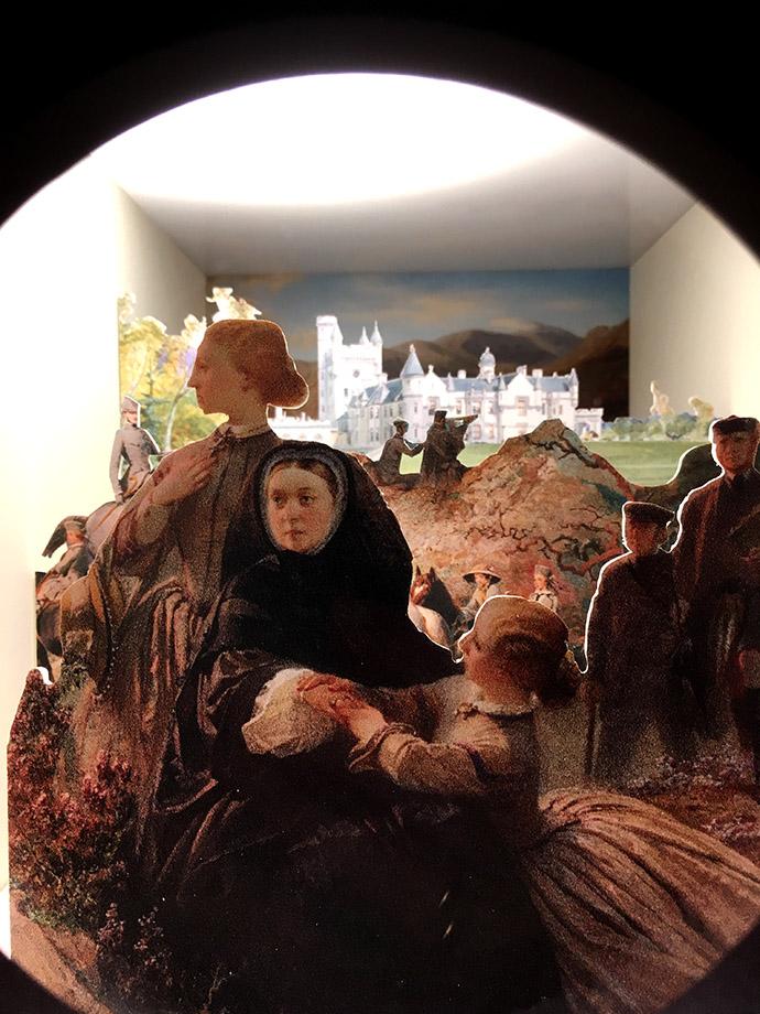 victoria-tentoonstelling-kensington-palace-woman-crown-kijkdoos-schotland-balmoral