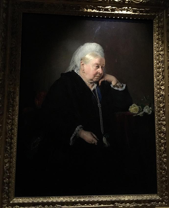 victoria-tentoonstelling-kensington-palace-woman-crown-oudste-koningin