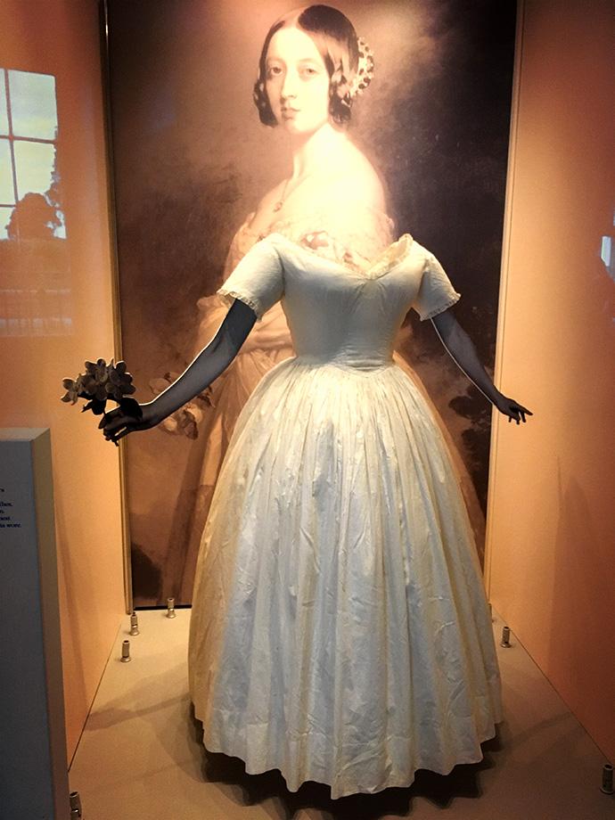 victoria-tentoonstelling-kensington-palace-woman-crown-wit-trouwjurk
