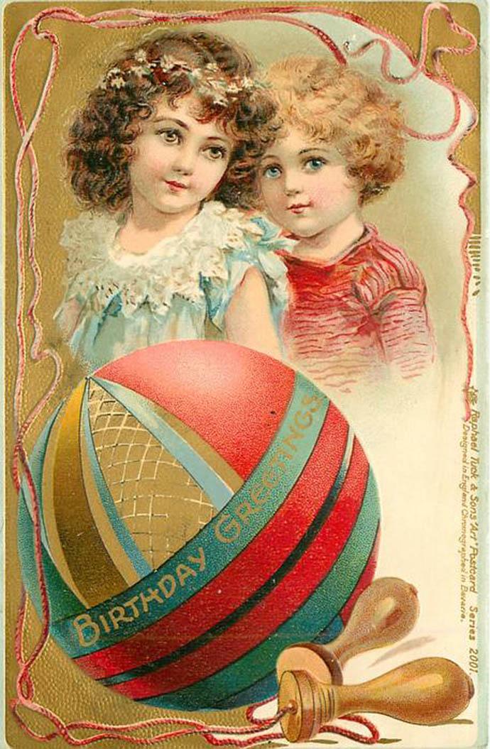Een ouderwetse verjaardagskaart voor kinderen van Tuck & Sons van rond 1910, met daarop een meisje en jongetje in nette kleren met een felgekleurde bal en een springtouw.
