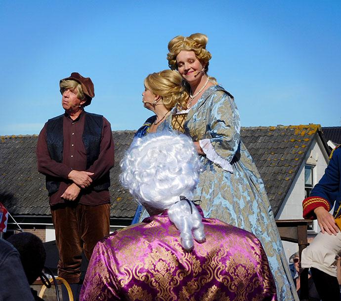Leden van een amateur toneelgezelschap spelen de aanhouding van prinses Wilhelmina van Pruisen bij Goejanverwellesluis in 1787 na, ter gelegenheid van feesten in Hekendorp in 2019. Naast de prinses staan freule van Wassenaer Starrenberg en boer Adriaan Leeuwenhoek.