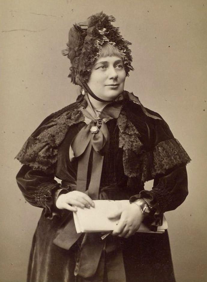 Georgina Weldon, gefotografeerd door Elliott & Fry, rond 1884 [Publiek domein].