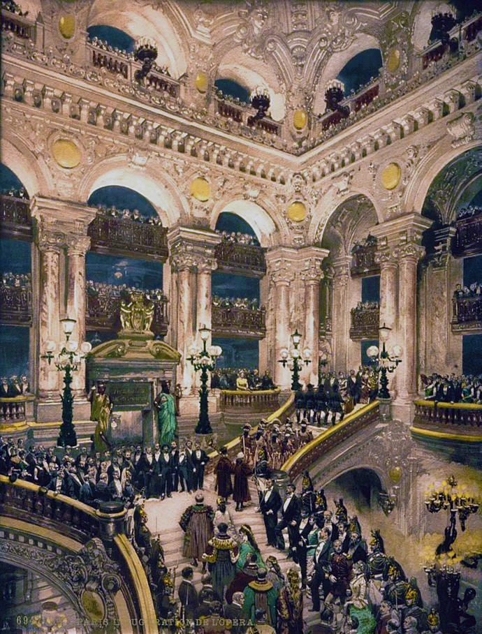 De grand foyer van het Palais Garnier, het Parijse operagebouw, op een fotochroom uit 1890-1900 [Publiek domein].