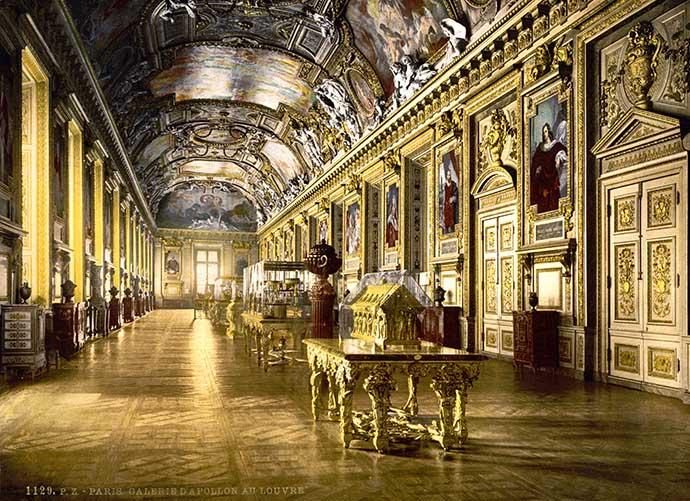 Het interieur van het Louvre, op een fotochroom uit de periode 1890-1900 [Publiek domein].