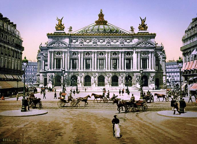 De Palais Garnier, het Parijse operagebouw, op een fotochroom uit 1890-1900 [Publiek domein].