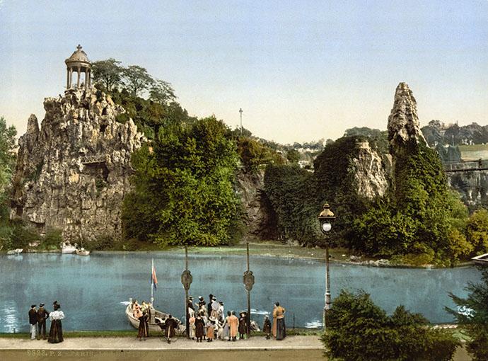 Het Parijse Parc des Buttes Chaumont, op een fotochroom uit de periode 1890-1900 [Publiek domein].