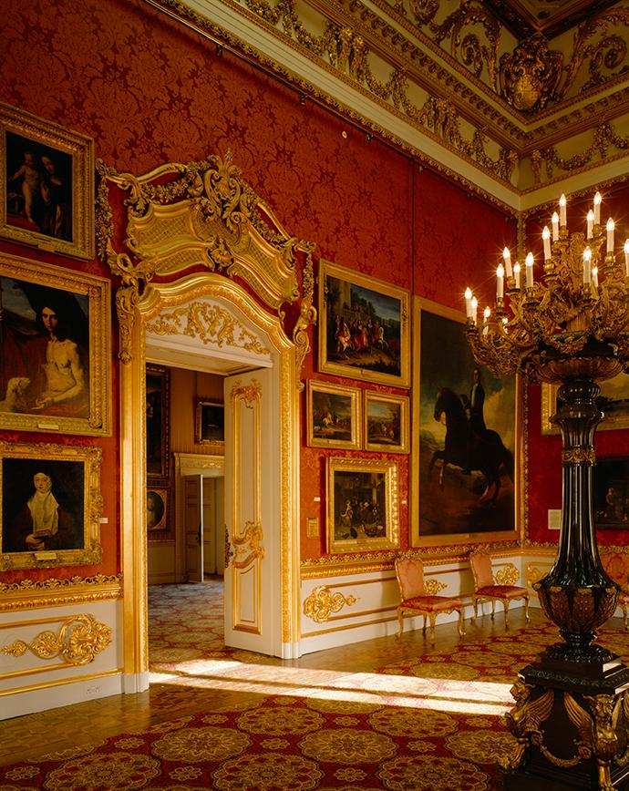 Een deel van de grote collectie schilderijen aan de muur van de Waterloo Gallery in Apsley House. © English Heritage Photo Library.