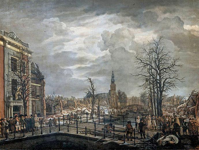 Koning Lodewijk op het Leidse Rapenburg in 1807, drie dagen na de ramp met het kruitschip. Schilderij door Johannes Jelgerhuis (1770-1836). [Publiek domein].