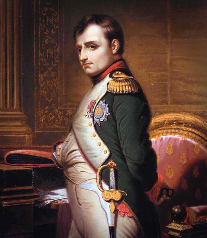Nee, deze Napoleon bedoel ik niet. Hier zien de Franse heerser zoals we hem het beste kennen, rond 1810, in zijn indrukwekkende, maar relatief eenvoudige uniform als aanvoerder van het Franse leger, de Grande Armée. Ondanks zijn positie als de machtigste man in Europa was hij het allerliefste bij zijn soldaten. ZolPortret van Napoleon Bonaparte, naar een ingekleurde tekening van Paul Hippolyte Delaroche (1797-1856). [Publiek domein]. Bewerking: My inner Victorian.