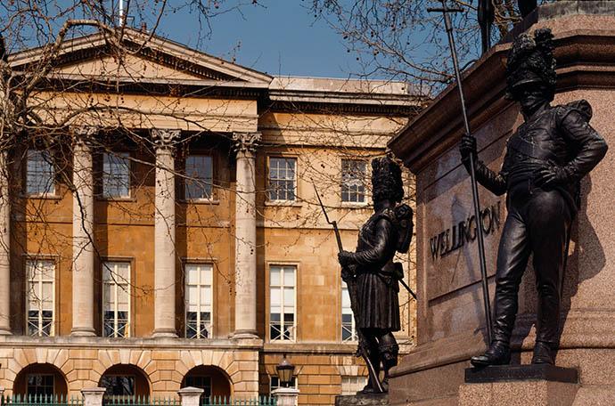 Apsley House gezien vanaf de voet van Wellingtons standbeeld op Hyde Park Corner. © English Heritage Photo Library.