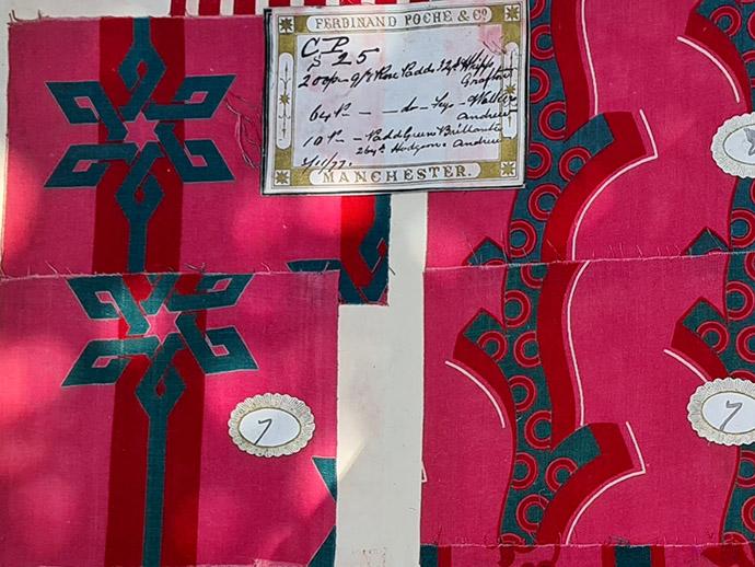Stofstalen met Victoriaanse en oosterse dessins uit de collectie van de firma Poche.