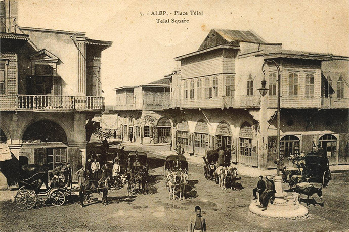 Uitzicht op het Telal-plein in het centrum van het oude Aleppo, op een ansichtkaart uit 1914. Bewerking door My inner Victorian [Publiek domein].