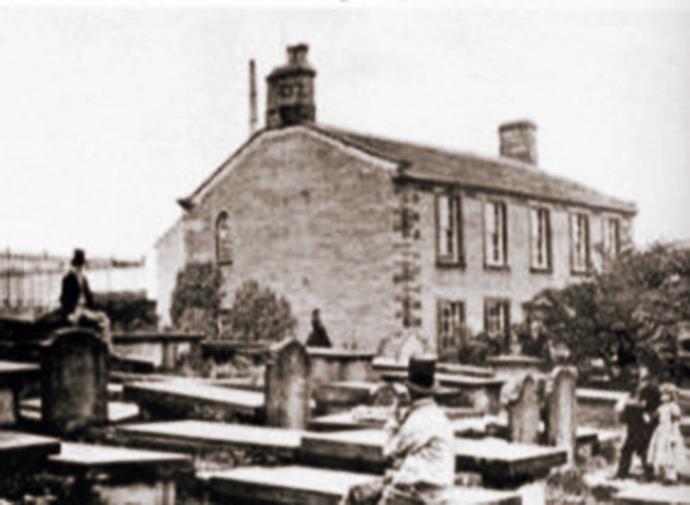 De pastorie van Haworth, waar de zussen Brontë het grootste deel van hun leven doorbrachten, op een foto van rond 1860 [Publiek domein].