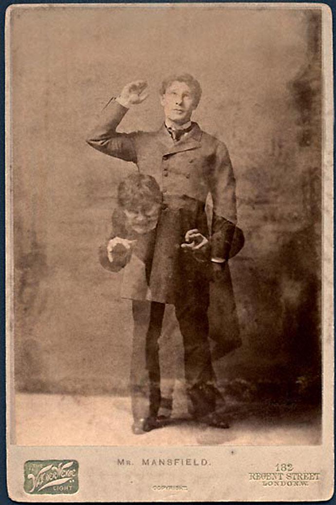 Carte-de-visite met daarop de Victoriaanse acteur Richard Mansfield, in zijn befaamde dubbelrol als Dr. Jekyll en Mr. Hyde. Door de Londense fotograaf Henry van der Weyde in 1887.