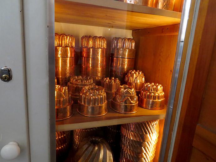 Koperen pannen en bakvormen in de koninklijke keukens van Christiansborg in Kopenhagen. Foto © My inner Victorian.