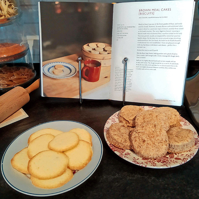 Pijlwortelkoekjes en digestive biscuits, uit How To Cook The Victorian Way with Mrs. Crocombe.