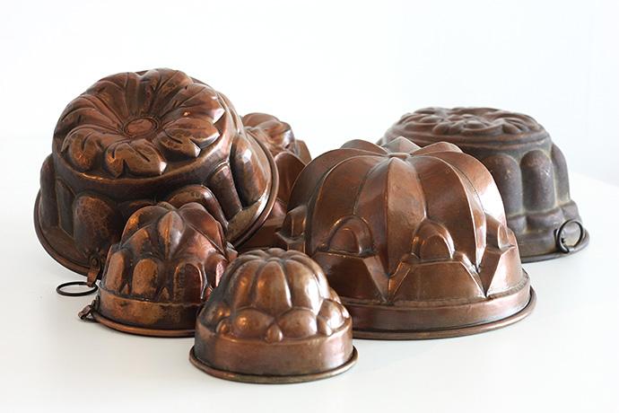 Verzameling oude koperen bakvormen.Foto © My inner Victorian.