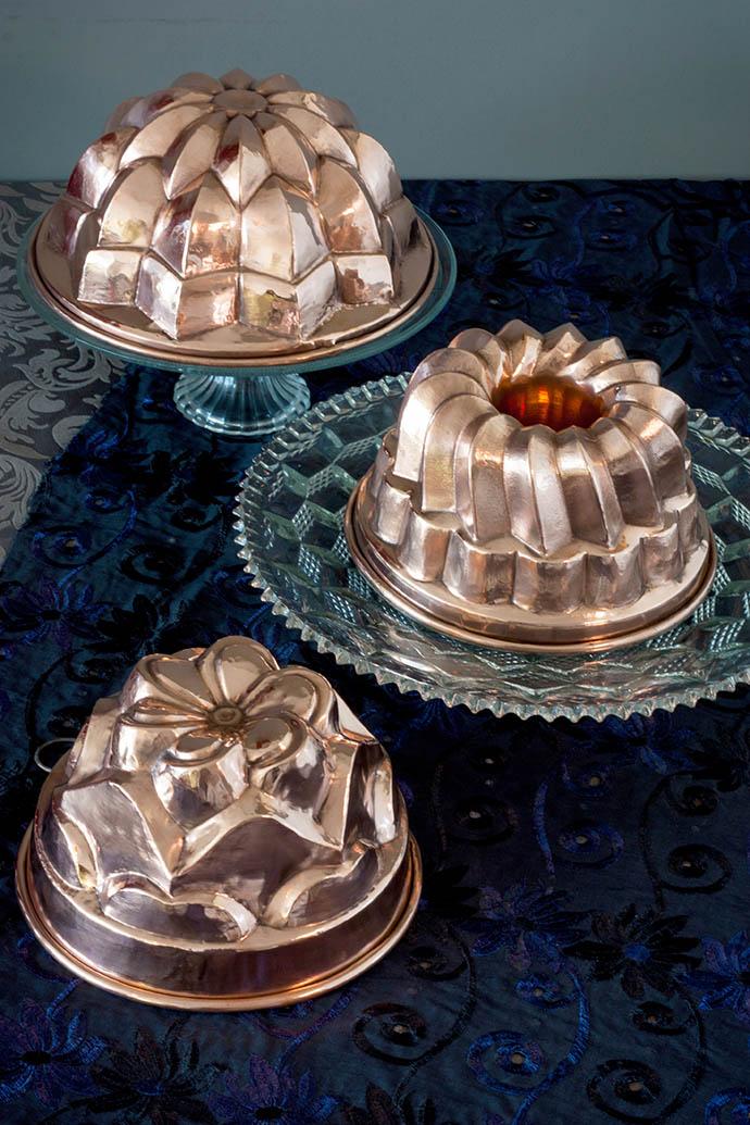Drie hertinde, herstelde en gereinigde koperen bakvormen. Foto: © My inner Victorian.