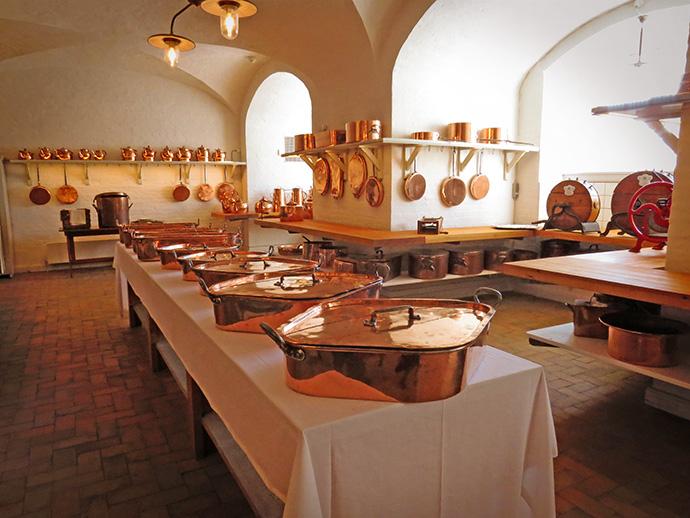 Koperen pannen en ovenschalen in de koninklijke keukens van Christiansborg in Kopenhagen.