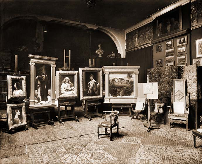 De thuisstudio van Leighton op zijn Show Sunday van 1895, waarop een aantal van zijn beroemdste werken te zien zijn; waaronder Flaming June [Publiek domein].