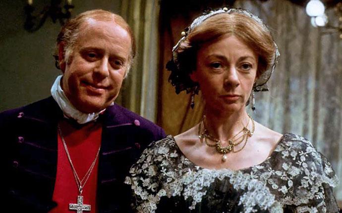 Clive Swift als Bishop Proudie, naast Geraldine McEwan als Mrs. Proudie. Filmstil uit The Barchester Chronicles © BBC 1982 (via IMBD).