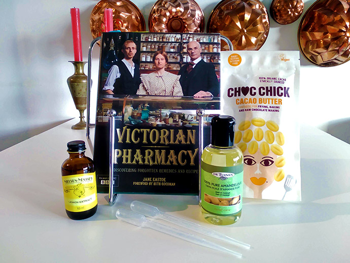 Het boek Victorian Pharmacy, van de bijbehorende BBC-serie, plus alle ingrediënten voor een recept voor Victoriaanse lippenbalsem. Foto door My inner Victorian.