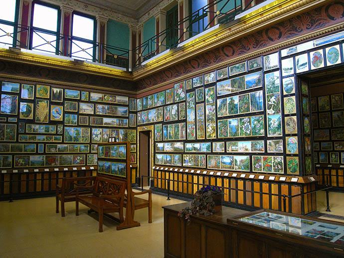 Het interieur van de Marianne North Gallery in Kew Gardens [Publiek domein].