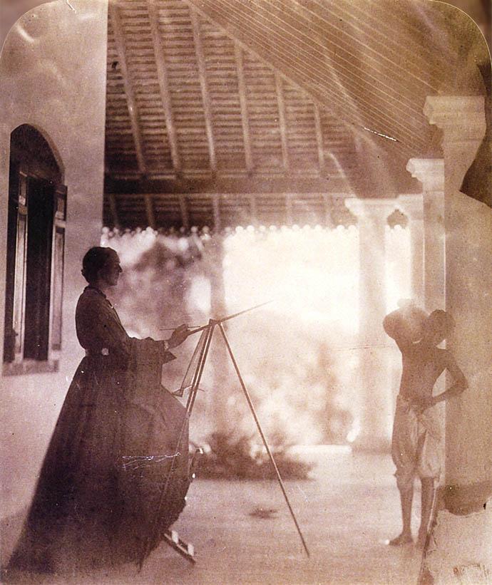 In 1877 was Marianne North te gast bij vrienden op Ceylon (nu Sri Lanka). Gastvrouw Julia Margaret Cameron legde de schilder tijdens haar werk in dit prachtige fotoportret [Publiek domein].